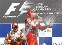 <p>Kimi Raikkonen e Giancarlo Fisichella sul podio di Spa. REUTERS</p>
