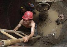 <p>Рабочие в канализационной трубе в Хэфэе, китайская провинция Аньхой 9 августа 2007 года. Более 200 человек участвовали в беспорядках, вызванных плохой работой очистных сооружений в городе Гуанжао на юго-востоке Китая. REUTERS/Jianan Yu</p>