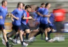 <p>Тренировка сборной России по футболу в Базеле 23 июня 2008 года. Национальная сборная России по футболу сохранила за собой шестое место в рейтинге сильнейших национальных команд мира. REUTERS/Michael Buholzer</p>