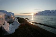 <p>Il livello dei mari potrebbe salire di oltre un metro entro il 2100 a causa dello scioglimento dei ghiacci artici che ha ripercussioni sul clima dell'intero pianeta. REUTERS/Francois Lenoir (NORWAY)</p>