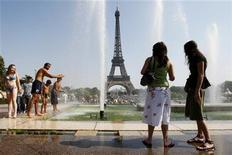 <p>People cool off in the Trocadero fountains on a hot summer day in Paris August 19, 2009. REUTERS/Benoit Tessier</p>