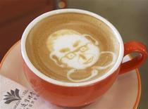 """<p>Un """"Dalai Latte"""" inspirado en el líder espiritual tibetano Dalai Lama, es preparado en un hotel donde hospedará durante una visita en Kaohsiung, en el sur de Taiwán, 2 sep 2009. Un hotel de Taiwán en el que se alojará el Dalai Lama durante su visita a la isla encontró una manera única de honrar al líder espiritual y animar a otros clientes: dar """"cafés latte"""" con su imagen. El café del hotel Garden Villa, en la ciudad de Kaohsiung, en el sur del país, sirvió unos 120 """"lattes Dalai"""" desde el lunes coincidiendo con la estancia del líder religioso, según la especialista en organización del hotel Rebecca Chiang. REUTERS/Garden Villa/Handout (IMAGENES DEL DIA)</p>"""