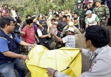 <p>Спасатели находят ребенка, погибшего в результате землетрясения на западе острова Ява 3 сентября 2009 года. Число жертв мощного землетрясения, потрясшего в среду Индонезию, достигло 44 человек и может еще увеличиться, сообщило в четверг Национальное агентство по чрезвычайным ситуациям. REUTERS/Dadang Tri</p>