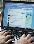 <p>Un utente utilizza Twitter. REUTERS/Michael Caronna</p>