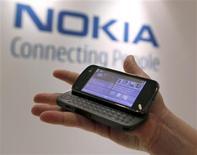 <p>Nokia a annoncé jeudi l'ouverture progressive de ses plates-formes logicielles à des développeurs externes pour améliorer la quantité et la qualité des services proposés sur ses téléphones portables. /Photo d'archives/REUTERS/Brendan McDermid</p>