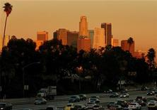 <p>Traffic passes downtown Los Angeles on the 10 freeway November 19, 2005. REUTERS/Lucy Nicholson</p>