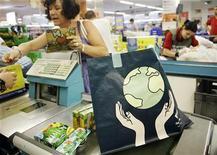 <p>Una signora fa la spesa al supermercato. REUTERS/Susana Vera</p>