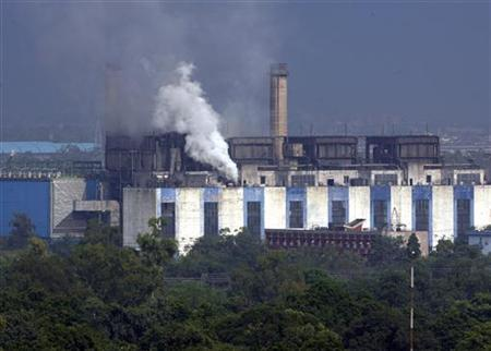 Smoke billows from the chimneys of a power station in New Delhi September 2, 2009. REUTERS/Vijay Mathur