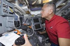 """<p>L'astronauta John """"Danny"""" Olivas all'interno dello Shuttle Discovery. REUTERS/NASA/Handout</p>"""