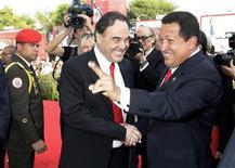 <p>Il presidente venezuelano Hugo Chavez (destra) e il regista americano Oliver Stone si stringono la mano davanti ai fotografi sul red carpet alla Mostra del Cinema di Venezia. REUTERS/Tony Gentile</p>