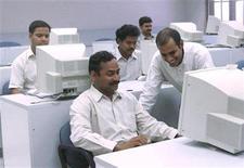<p>Foto de archivo de unos ingenieros informáticos en Hyderabad, India, 31 mar 2000. Una red social para personas mayores de 55 años está ayudando a este grupo etario con conocimientos de internet en India a combatir la soledad y hacer nuevos amigos desde la comodidad de sus hogares. REUTERS/Savita Kirloskar</p>