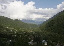 <p>Вид на Кодорское ущелье со стороны Грузии 2 мая 2008 года. Землетрясение силой от 5,5 до 6,2 балла по шкале Рихтера произошло в Грузии в ночь на вторник. REUTERS/David Mdzinarishvili</p>