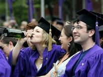 <p>Immagine d'archivio di studenti che festeggiano durante la cerimonia di laurea. REUTERS/Shannon Stapleton (UNITED STATES)</p>