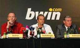 <p>Bodner e Teufelberger, entrambi AD di bwin, e Androsch, presidente di bwin. REUTERS/Herwig Prammer (AUSTRIA)</p>