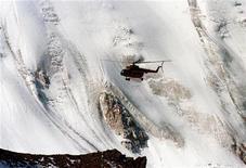 <p>Вертолет летит в горах Тянь-Шаня 18 августа 1999 года. В результате крушения вертолета погранслужбы на юге Казахстана погибли 10 военнослужащих, а трое получили травмы, сообщают российские информагентства со ссылкой на источники в МЧС и силовых структурах. REUTERS/Shamil Zhumatov</p>