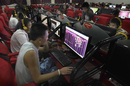 A customer looks at a web page of Qzone, a Chinese social networking site at an internet cafe in Changzhi, Shanxi province, August 28, 2009. REUTERS/Stringer