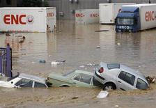 <p>Автомобили на затопленных улицах Стамбула 9 сентября 2009 года. Наводнение, вызванное сильными ливнями на северо-западе Турции, унесло жизни семерых человек, сообщило в среду информагентство Anatolian. Кроме того, частично подтопленными оказались даже некоторые пригородные районы Стамбула. REUTERS/Murad Sezer</p>
