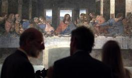 <p>Journalist view 'The last Supper' Leonardo da Vinci's masterpiece May 27, 1999 in Milan. REUTERS/Stefano Rellandini</p>