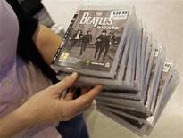 """<p>Una vendedora de una tienda de HMV muestra copias del juego de video """"The Beatles: Rock Band"""" durante su lanzamiento en Liverpool, 9 sep 2009. anto si la fecha 9/9/09 es un buen día o uno a evitar, la rareza de la fecha del miércoles ha inspirado a las parejas enamoradas, a restaurantes e incluso a un estudio de cine para celebrar la ocasión en todo el planeta. Aunque la fecha tenga atractivo para las promociones de márketing - por ejemplo la cadena Dominos Pizza ofrece vales de regalo para aquellos que cumplan 9 o 99 años el 9/9/09- también representa la última cifra de un solo dígito del milenio (hasta el 1 de enero de 2101). REUTERS/Darren Staples</p>"""