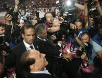 <p>Polemiche, Berlusconi: tv e fotografi buoni, giornali cattivi. REUTERS/Stefano Rellandini</p>