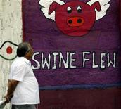 """<p>Un hombre camina cerca de un graffiti sobre la influenza H1N1 en una calle de Mumbai, en India, 9 sep 2009. Resultados iniciales de ensayos clínicos han sugerido que las vacunas contra la influenza pandémica H1N1 actualmente en desarrollo producen una respuesta inmune fuerte, lo que indica que deberían funcionar bien, dijo el jueves el jefe de la Agencia de Medicinas Europea (EMEA). Los datos """"parecen ser bastante alentadores"""", señaló a periodistas Thomas Lonngren, director ejecutivo de la EMEA. REUTERS/Arko Datta</p>"""