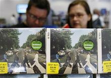 <p>Customers browse Beatles collections during their launch in New York, September 9, 2009. REUTERS/Shannon Stapleton</p>