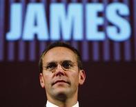 """<p>Imagen de archivo de James Murdoch en Edimburgo, Gran Bretaña, 28 ago 2009. Una disputa creciente y muy pública entre la británica BBC y James Murdoch, sumó un nuevo punto el jueves, con la cadena de televisión defendiendo su reputación y acusando al hijo de Rupert Murdoch de estar absolutamente desconectado. El director general de BBC Mark Thompson emitió un comunicado en un correo electrónico al personal, luego de que Murdoch describiera la escala e intención de la mundialmente conocida televisora como """"escalofriante"""". REUTERS/David Moir/Archivo</p>"""