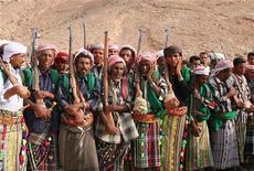 <p>Представители йеменского племени Багефер на свадьбе в долине Хадрамут 28 августа 2007 года. Российский врач похищен на северо- востоке Йемена местными племенами, сообщил представитель властей страны в пятницу. REUTERS/Susan Baaghil</p>