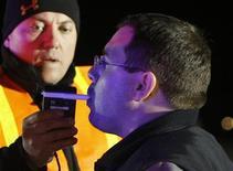 <p>Водитель дует в алокотестер заместителя шерифа Кевина Швиндта в Колорадо 12 апреля 2008 года. Держитесь подальше от бокала вина за обедом или двух кружек пива, выпитых за здоровье коллеги на его дне рождения, если после этого собираетесь сесть за руль, говорится в исследовании. REUTERS/Rick Wilking</p>