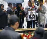 <p>Familiares de víctimas en la Zona Cero en el aniversario de los ataques del 9/11 en Nueva York, 11 sep 2009. Ese día, el vuelo 77 de American Airlines procedente del aeropuerto internacional Dulles, en Washington, se estrelló contra el cuartel central del Ejército de Estados Unidos, causando la muerte de 125 personas, junto a la de los 59 pasajeros y tripulantes del avión y cinco secuestradores. Los secuestradores de Al Qaeda tomaron el control de cuatro aviones de pasajeros el 11 de septiembre y estrellaron dos contra las Torres Gemelas, en Nueva York, y un tercero en el Pentágono. El cuarto, el vuelo 93 de United Airlines, se estrelló en un campo de Pensilvania después de que los pasajeros y la tripulación intentaron retomar el control del avión. En total, murieron unas 3.000 personas. REUTERS/Chip East</p>
