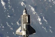 <p>Foto de archivo del transbordador espacial Discovery con la Tierra de fondo en una imagen realizada desde la Estación Espacial Internacional, 8 sep 2009. El transbordador espacial Discovery aterrizó el viernes en su base alternativa en California tras completar una misión de 14 días para reabastecer a la Estación Espacial Internacional. REUTERS/NASA/Handout</p>