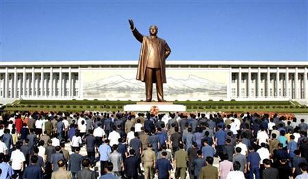 North Koreans offer flowers to a statue of state founder Kim Il-sung to commemorate the 61st anniversary of the founding of the state, in Pyongyang September 9, 2009, in this picture released by North Korea's official news agency KCNA. REUTERS/KCNA