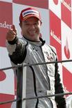 <p>O brasileiro Rubens Barrichello venceu o Grande Prêmio da Itália neste domingo em dobradinha da equipe Brawn no pódio, diminuindo para 14 pontos a vantagem de seu companheiro de equipe Jenson Button na liderança do campeonato a quatro provas do final da temporada.</p>