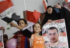 <p>Родственники иракского репортера Мунтазер аль-Зайди за несколько часов до его освобождения в Багдаде 13 сентября 2009 года. Иракский репортер Мунтазер аль- Зайди, ставший всемирно известным после того, как бросил ботинками в бывшего президента США Джорджа Буша-младшего, должен досрочно выйти из тюрьмы в понедельник. REUTERS/Mohammed Ameen</p>