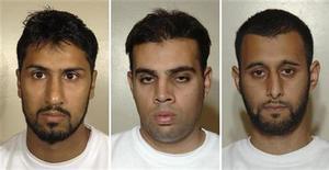 <p>Абдулла Ахмед Али (слева), Ассад Сарвар и Танвир Хуссейн (справа) на фотографиях из архива полиции Лондона. Лондонский суд в понедельник приговорил трех граждан Британии к пожизненному заключению за попытку организовать взрывы трансатлантических авиалайнеров с использованием жидкой взрывчатки, в результате которых могли погибнуть несколько тысяч человек. REUTERS/Metropolitan Police/Handout</p>