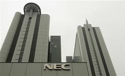 <p>La japonesa NEC Corp adquirirá las operaciones de telefonía celular de Casio Computer Co y Hitachi Ltd, en momentos en que el golpeado sector se consolida para recortar costos y sobrevivir a un mercado en veloz contracción. La jugada creará al segundo mayor fabricante de celulares de Japón con ventas por 390.000 millones de yenes (4.300 millones de dólares) y podría disparar una consolidación en un sector desgastado por la superpoblación de firmas. REUTERS/Michael Caronna/Archivo</p>