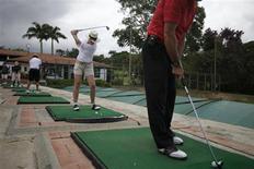 <p>Pessoas praticam golfe em campo na Venezuela. Presidente do país, Hugo Chávez, declarou guerra ao esporte no país. REUTERS/Jorge Silva</p>