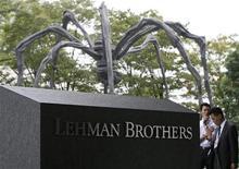<p>Скульптура паука за логотипом банка Lehman Brothers рядом с штаб-квартирой компании в Токио 16 сентября 2008 года. Глобальная рецессия 2008 года привела к первому почти за 10 лет всемирному сокращению активов, находящихся в управлении, свидетельствуют результаты исследования, показавшие, что мировое богатство уменьшилось на 11,7 процента до $92,4 триллиона. REUTERS/Toru Hanai</p>