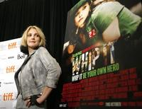"""<p>Drew Barrymore posa luego de una conferencia de prensa para su filme """"Whip It"""" en el Festival de Cine de Toronto, 15 sep 2009. """"Whip It"""", sobre una joven mujer que elige al agresivo deporte de roller derby en vez de seguir los sueños de su madre en concursos de belleza, debutó el domingo en el Festival Internacional de Cine de Toronto y el lunes fue calificado como un """"debut asombroso"""" por la publicación The Hollywood Reporter. REUTERS/Mario Anzuoni</p>"""