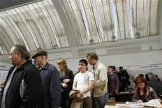 <p>Люди стоят в очереди на ярмарку вакансий в Москве 26 мая 2009 года. Экономический спад может привести к тому, что к концу 2010 года 25 миллионов человек лишатся работы, поскольку в странах Организации экономического сотрудничества и развития (ОЭСР) безработица приближается к рекордным 10 процентам. REUTERS/Denis Sinyakov</p>