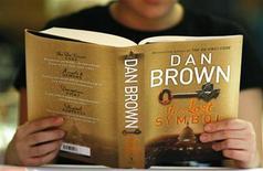"""<p>Una mujer lee una copia de la nueva novela """"The Lost Symbol"""", en un evento para su lanzamiento en Sidney, Australia, 15 sep 2009. La última novela del escritor Dan Brown, el autor de """"The Da Vinci Code"""", ha quebrado el récord de ventas en un día, según dijeron el miércoles su editorial y varias librerías. Los lectores se llevaron alrededor de un millón de copias en tapa dura de """"The Lost Symbol"""" en Estados Unidos, Canadá y Gran Bretaña después de que saliera a la venta el martes, dijo la editorial Knopf Doubleday, parte del grupo Random House. REUTERS/Tim Wimborne</p>"""