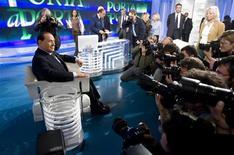 <p>Il presidente del Consiglio Silvio Berlusconi circondato dai fotografi prima della trasmissione Porta a Porta. REUTERS/Remo Casilli (ITALY POLITICS)</p>