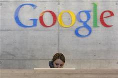 <p>El gigante de internet Google Inc anunció el viernes que reestructurará la empresa de avisos digitales DoubleClick que compró el año pasado, en un paso importante de su plan de ampliar su negocio publicitario hacia el mercado de avisos gráficos. Google adquirió DoubleClick en más de 3.000 millones de dólares en marzo del 2008 para complementar su negocio de avisos al costado de los resultados de búsquedas con los avisos más visuales de as campañas corporativas de mercadeo, un área dominada por sus rivales online Yahoo Inc y AOL de Time Warner. REUTERS/Christian Hartmann/Archivo</p>