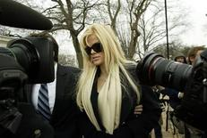 <p>Anna Nicole Smith arrives with her lawyer Howard Stern for her hearing at the Supreme Court in Washington, February 28, 2006. REUTERS/Chris Kleponis</p>