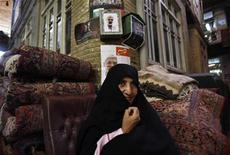 <p>Una donna fuori da un negozio a Teheran REUTERS/Ahmed Jadallah</p>