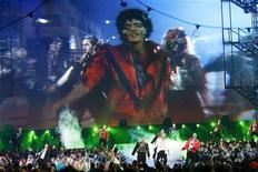 <p>Una coreografia in omaggio a Michael Jackson. REUTERS</p>