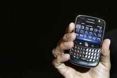 <p>Research In Motion (RIM), le concepteur du BlackBerry, a présenté des résultats trimestriels et des prévisions inférieurs aux attentes des analystes financiers et son action chutait de près de 10% dans les transactions hors séance à Wall Street. /Photo d'archives/REUTERS/Punit Paranjpe</p>