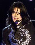 """<p>Майкл Джексон выступает на музыкальной премии Millennium World Music awards в Монако 10 января 2001 года. Новый сингл Майкла Джексона под названием """"This Is It"""" появится на радиостанциях 12 октября, за две недели до официального релиза двухдискового альбома. REUTERS/HO Old</p>"""