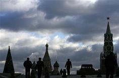 <p>Люди гуляют по Красной площади в Москве 21 декабря 2007 года. Суббота и воскресенье в Москве и московской области будут облачными, преимущественно без осадков, а температура воздуха не будет сильно отличаться от прошедших будней, свидетельствуют данные Гидрометцентра России, опубликованные на сайте www.meteoinfo.ru. REUTERS/Denis Sinyakov</p>