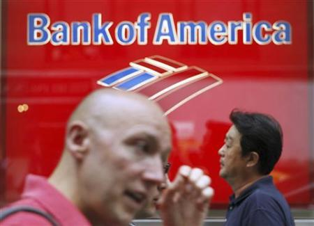 People walk past a Bank of America branch in New York August 13, 2009. REUTERS/Lucas Jackson